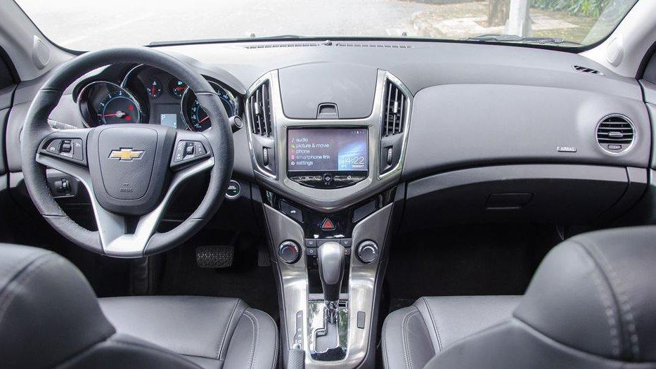 Dù đắt tiền hơn nhưng cabin của Honda Civic 2018 lại nhỏ hơn Chevrolet Cruze 2018 một chút.