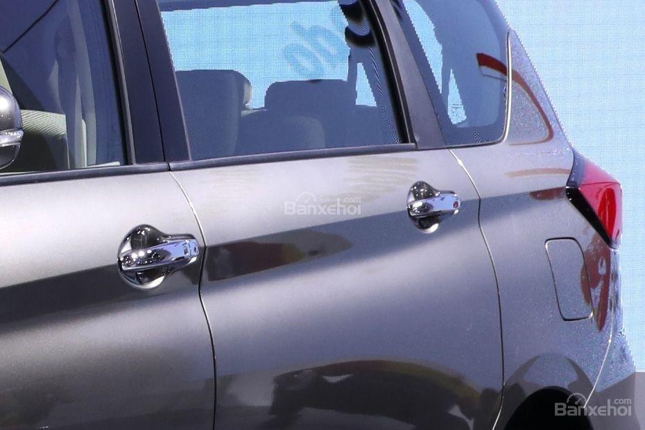 Đánh giá xe Suzuki Ertiga 2018: Tay nắm cửa.