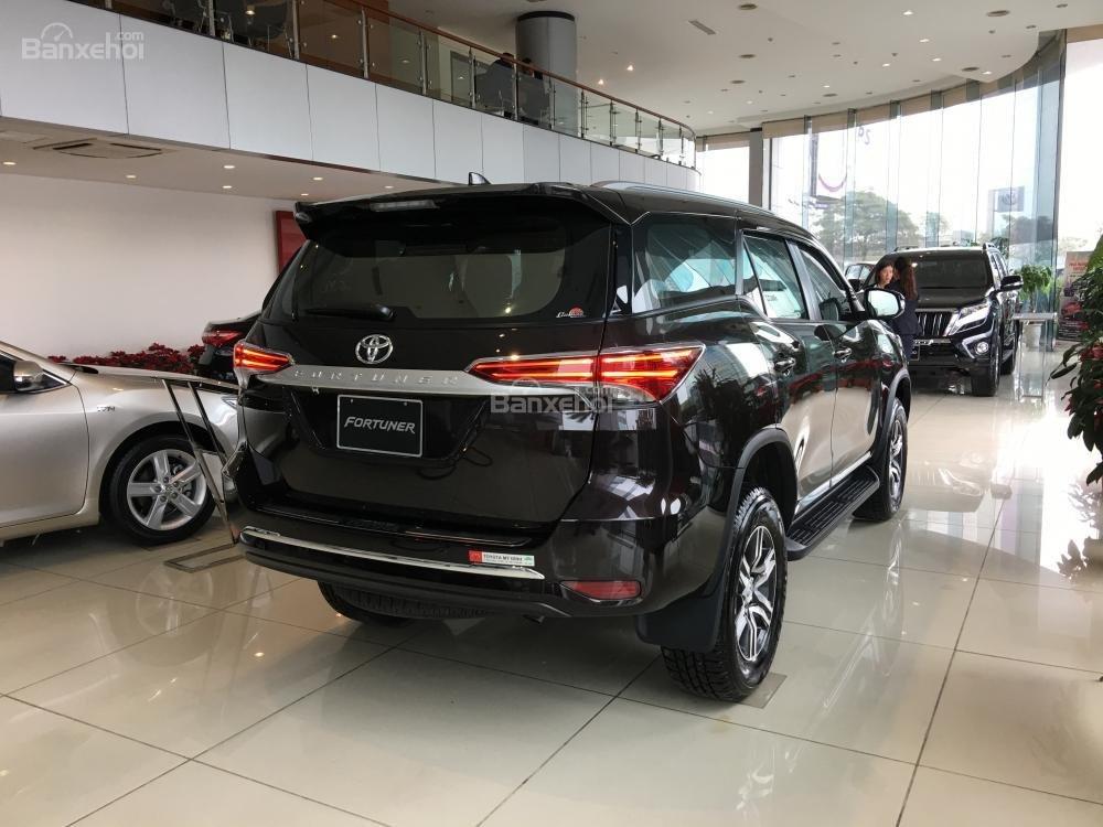 Đánh giá xe Toyota Fortuner 2018 máy dầu số sàn 2.4G 4x2 về đuôi xe