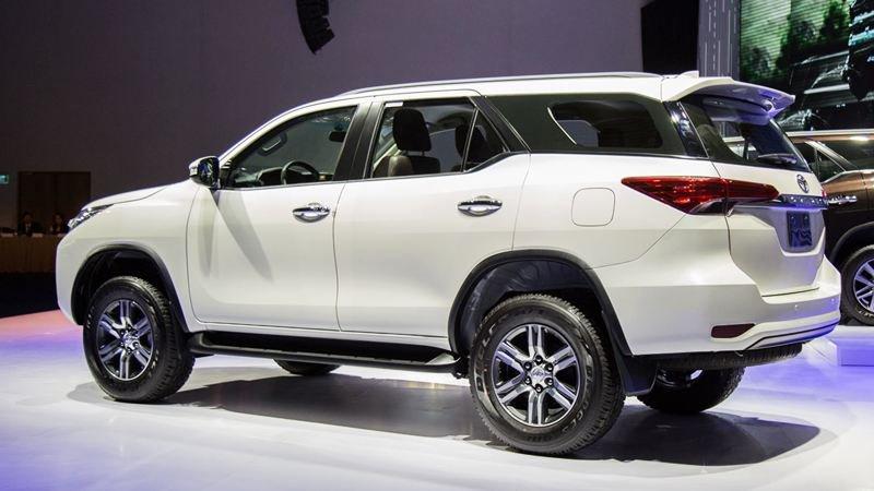 Đuôi xe Toyota Fortuner 2018 máy dầu số sàn 2.4G 4x2