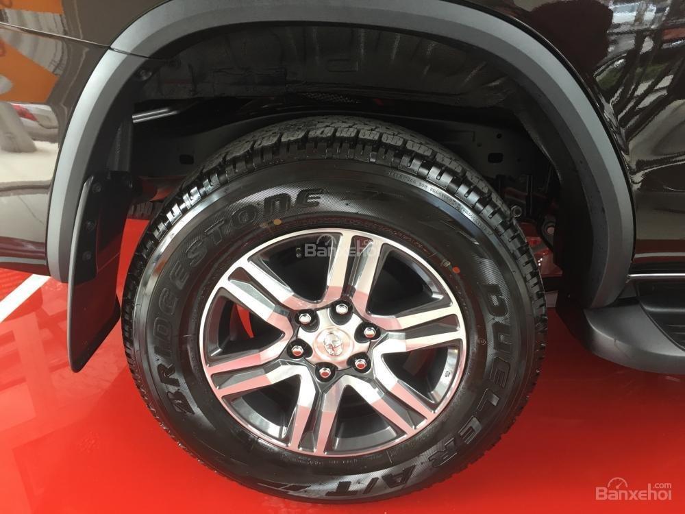 Đánh giá xe Toyota Fortuner 2018 máy dầu số sàn: La-zăng 17 inch..