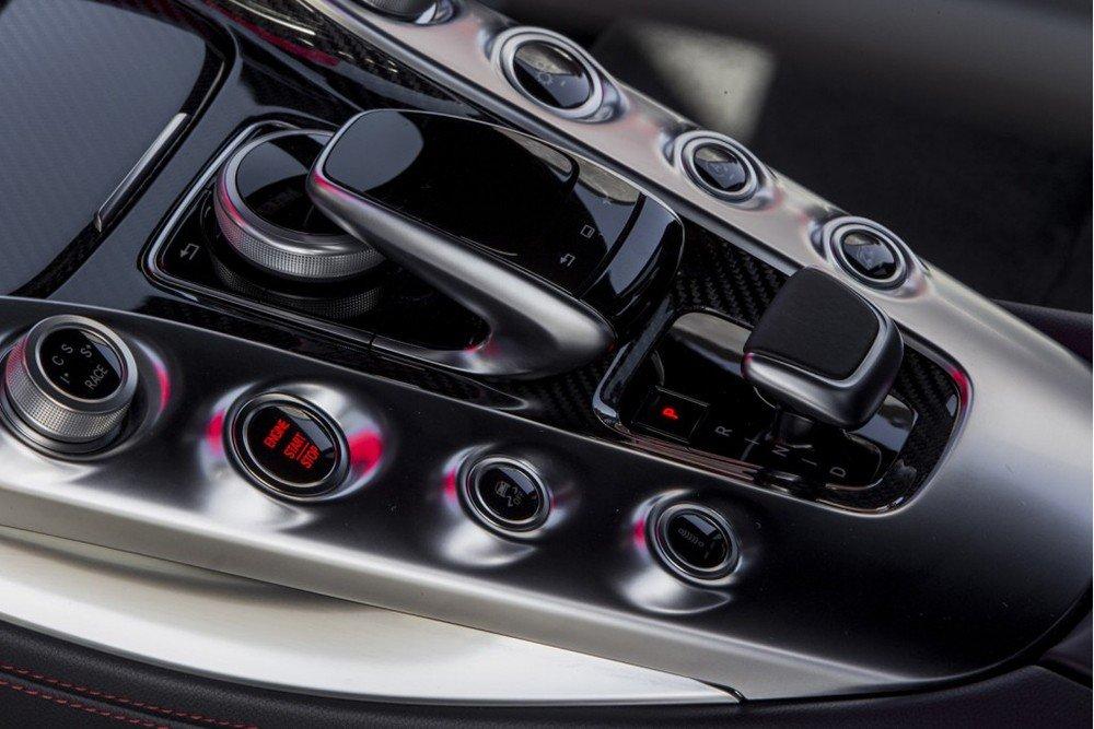 Đánh giá xe Mercedes-AMG GT S 2016: Nút điều khiển trên bệ tì tay trung tâm 1