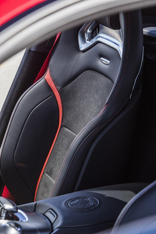 Đánh giá xe Mercedes-AMG GT S 2016: Ghế ngồi bọc da và đường chỉ khâu tương phản 1