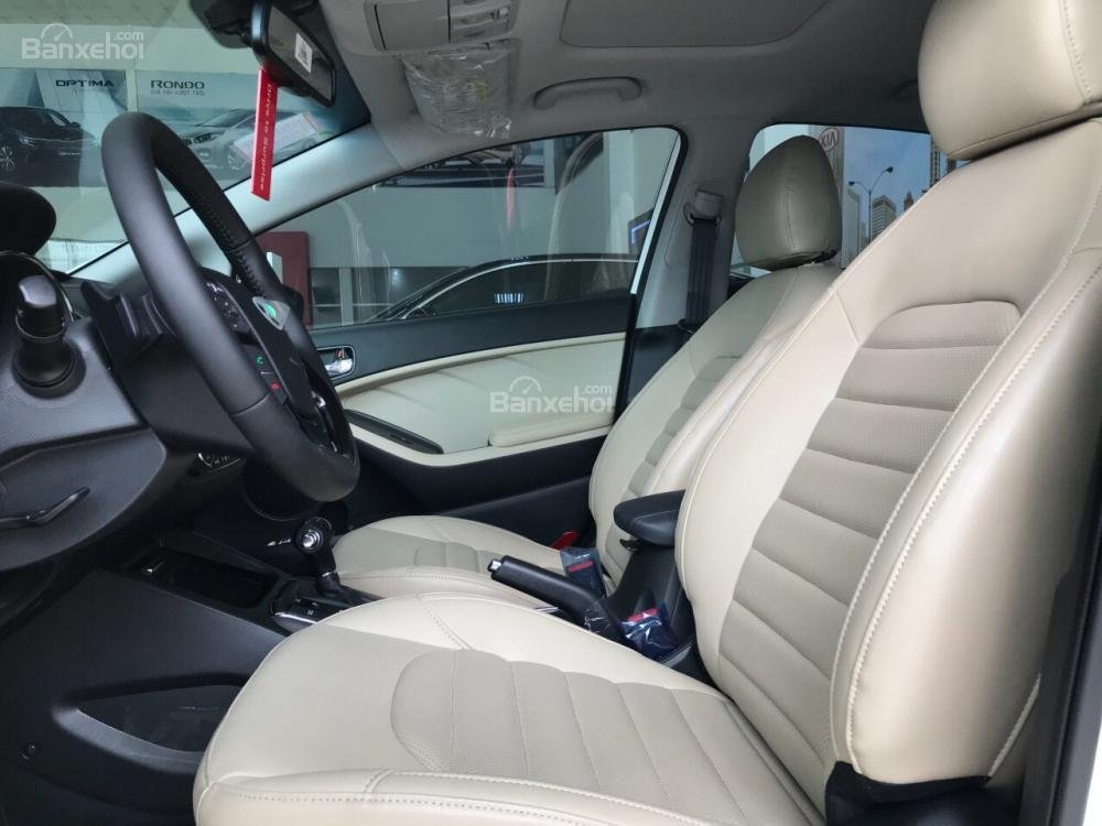 Đánh giá xe Kia Cerato SMT 2018: Không gian hàng ghế trước.