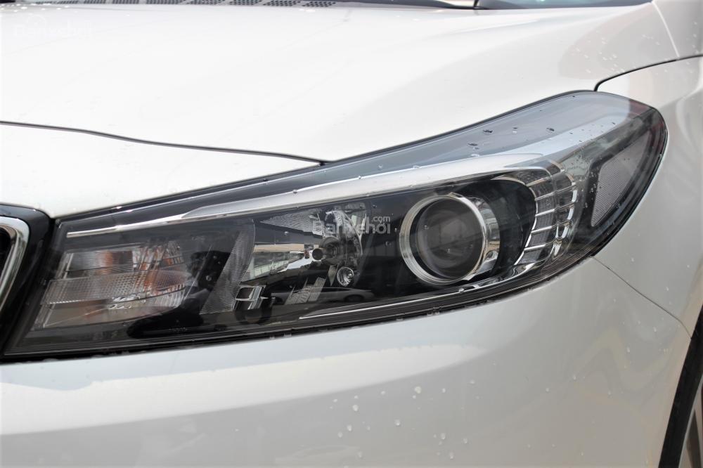 Đánh giá xe Kia Cerato SMT 2018: Đèn pha Halogen dạng thấu kính.