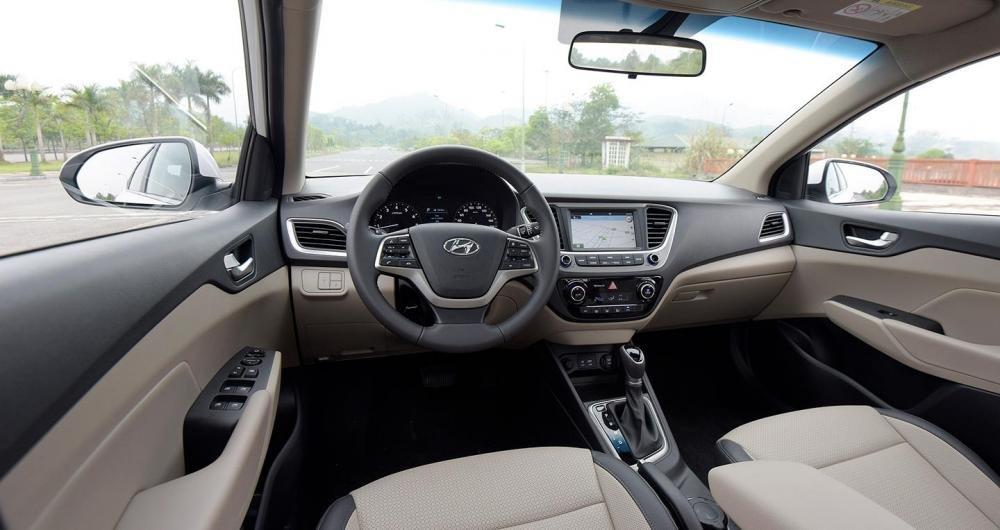 So sánh xe Hynndai Accent 1.4 AT 2018 và Kia Cerato SMT 2018 về ghế ngồi 1