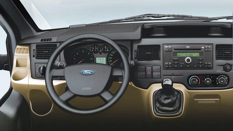 Ford Transit có không gian nội thất rộng hơn Hyundai Solati.