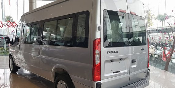 So sánh xe Ford Transit và Hyundai Solati về đuôi xe 3