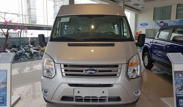 So sánh xe Ford Transit và Hyundai Solati về đầu xe.