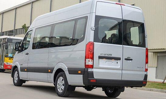 So sánh xe Ford Transit và Hyundai Solati về đuôi xe.