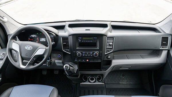 Ford Transit có không gian nội thất rộng hơn Hyundai Solati 3