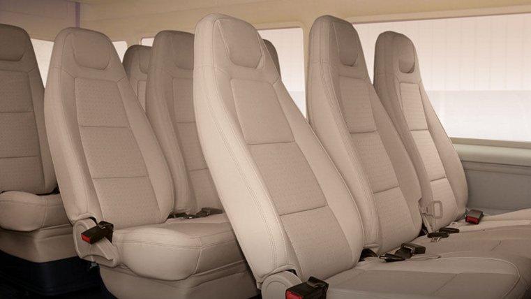 So sánh xe Ford Transit và Hyundai Solati về ghế xe.