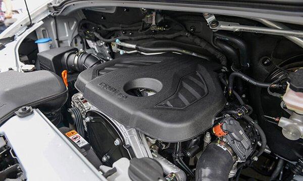 Ford Transit thua kém Hyundai Solati một chút về thông số vận hành.