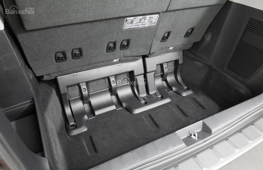 Đánh giá xe Toyota Sienna 2018: Khoang hành lý với hộc chìm bên dưới.