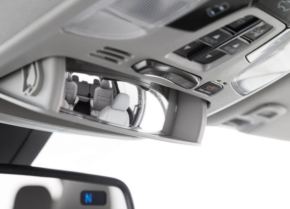 Đánh giá xe Toyota Sienna 2018: Gương chiếu hậu trong.