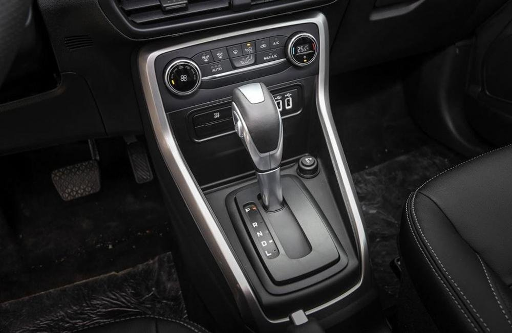 Đánh giá xe Ford EcoSport 1.0L Titanium 2018: Khu vực cần số .