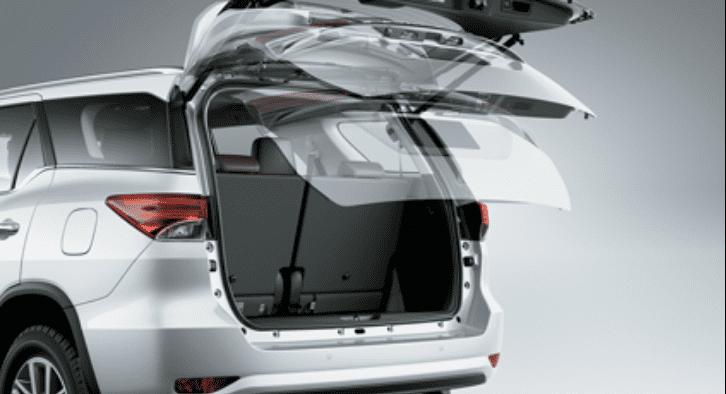 Đánh giá xe Toyota Fortuner 2018 máy dầu số tự động 2 cầu 2.8V 4x4 AT: khoang hành lý tích hợp cốp chỉnh điện 1