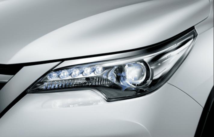 Đánh giá xe Toyota Fortuner 2018 máy dầu số tự động 2 cầu 2.8V 4x4 AT: Cụm đèn pha phía trước 1