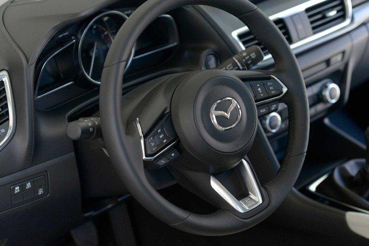 So sánh xe Mazda 3 2018 và Ford Focus 2018 về vô-lăng.