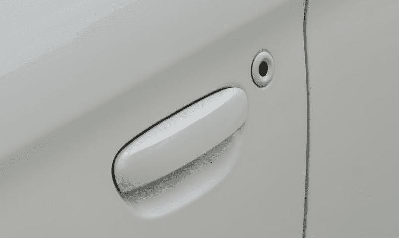 Đánh giá xe Mitsubishi Attrage 2018 CVT: Tay nắn cửa đồng màu thân xe 1