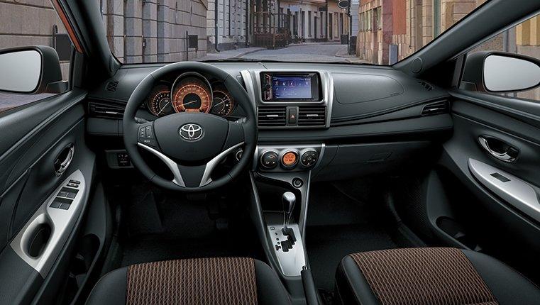 so sánh xe Toyota Yaris G 2018 và Mazda 2 2018 hatchback về khoang cabin 1 .
