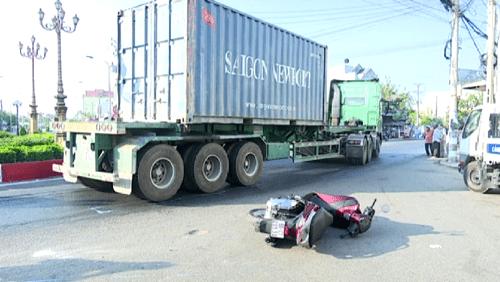 4 điều tài xế ô tô tuyệt đối phải nhớ khi đi bên container