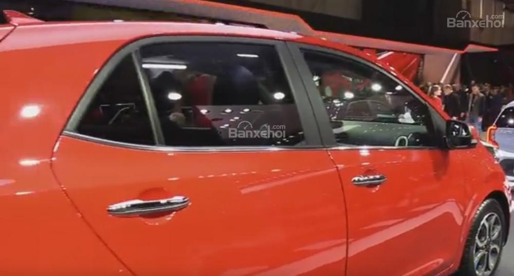 Đánh giá xe Kia Morning 2018: Tay nắm cửa thiết kế nổi.