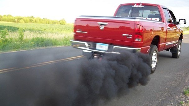 Vì sao ô tô xả khói màu đen?