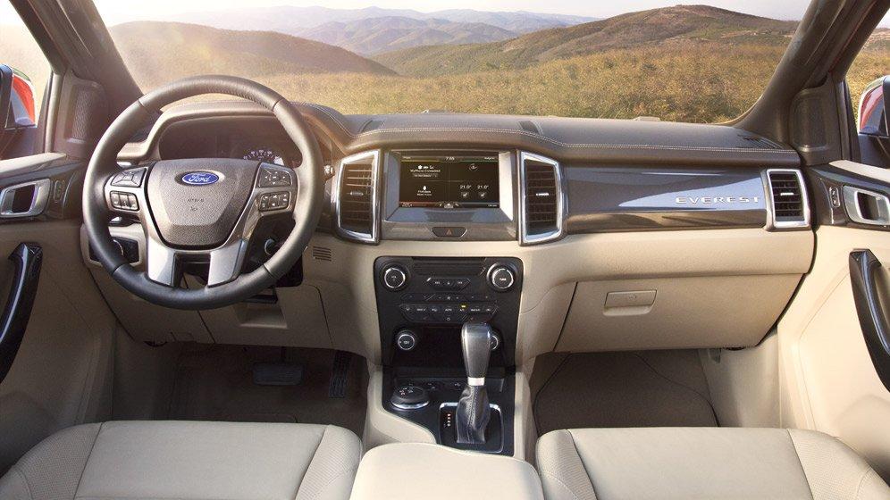 So sánh xe Ford Everest 2018 và Toyota Fortuner 2018 về nội thất.