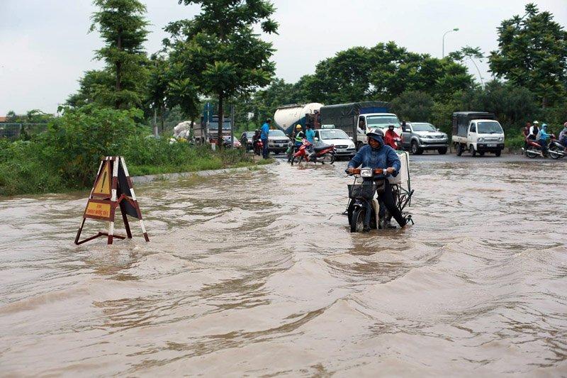 Cần quan sát kỹ mọi tình huống trước khi điều khiển xe đi qua vũng nước ngập 1