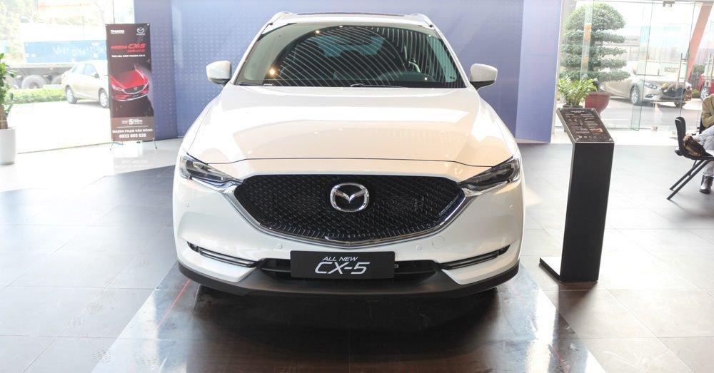 So sánh xe Mazda CX-5 2018 và Peugeot 3008 2018 về đầu xe.