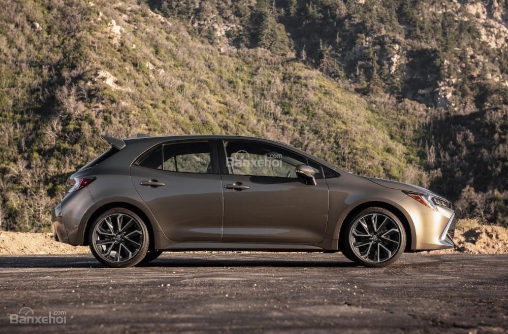 Toyota Corolla 2019 và Toyota C-HR 2019: Chọn hatchback hay CUV? - Ảnh 3.
