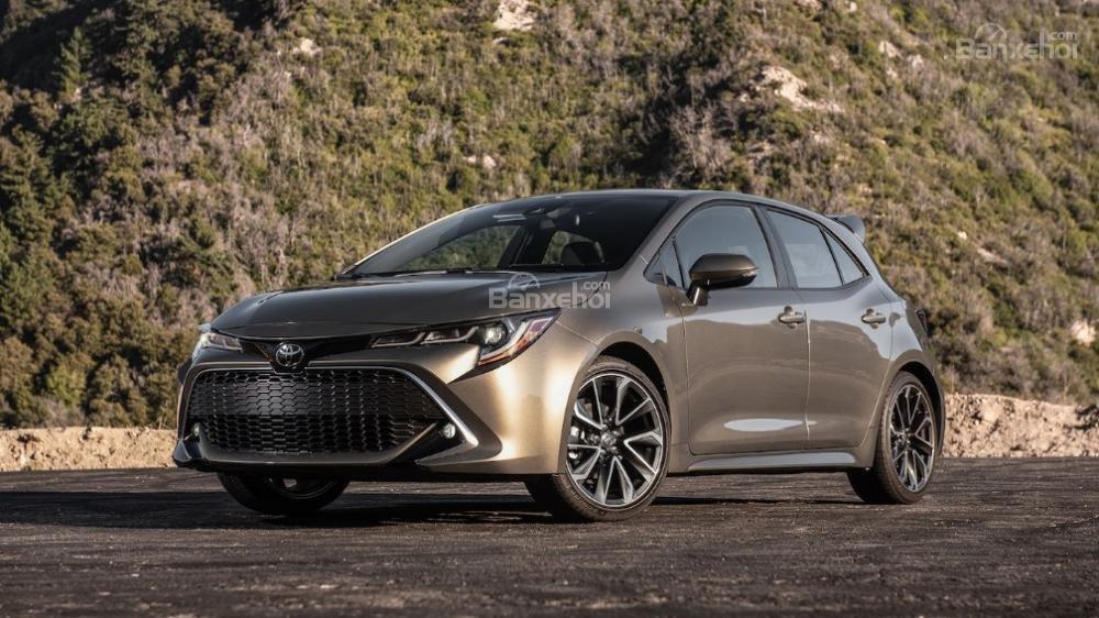 Toyota Corolla 2019 và Toyota C-HR 2019: Chọn hatchback hay CUV?.