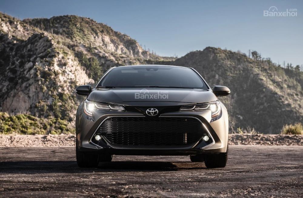 Toyota Corolla 2019 và Toyota C-HR 2019: Chọn hatchback hay CUV? - Ảnh 2.