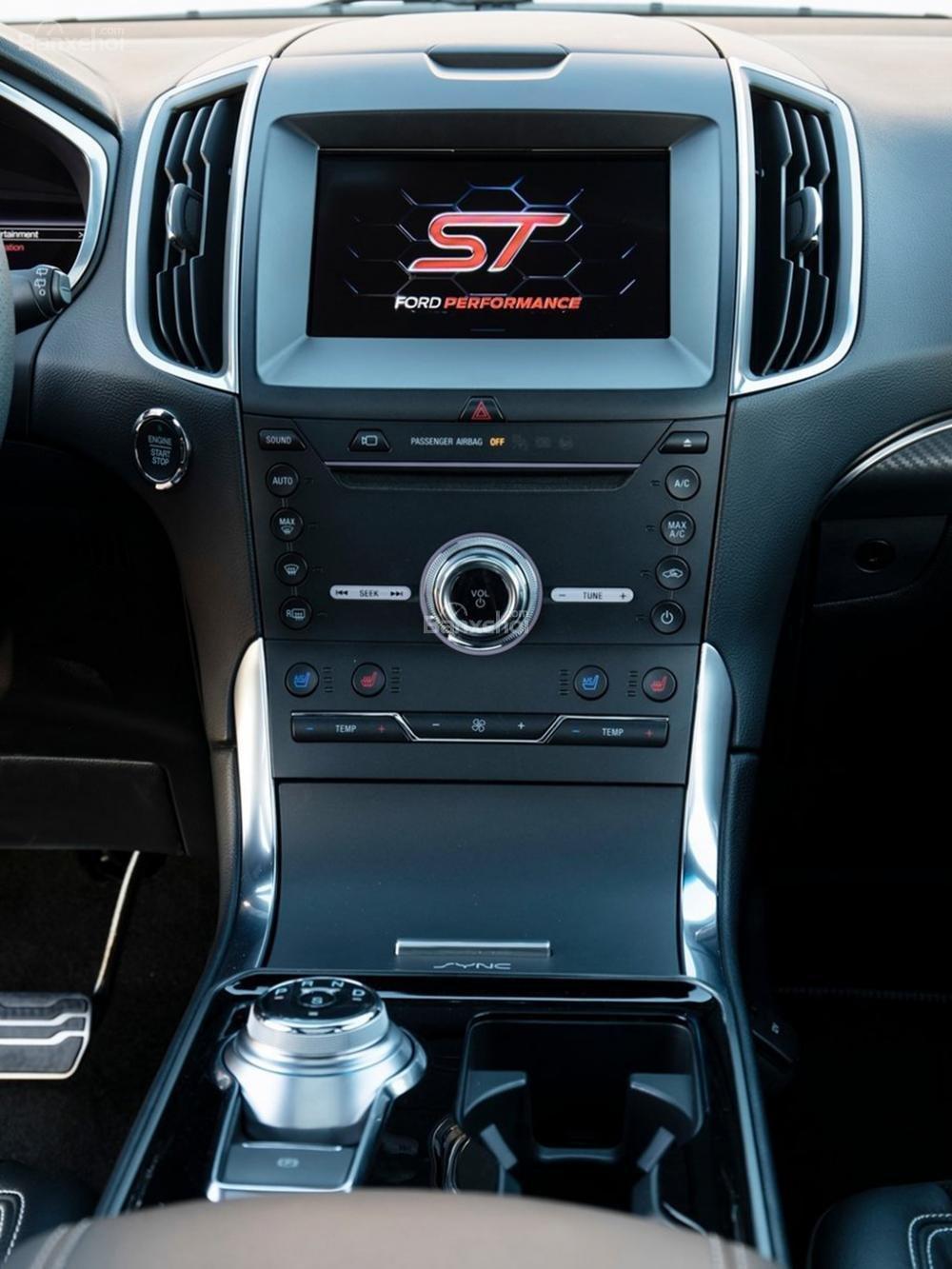 Đánh giá xe Ford Edge ST 2019: Bảng điều khiển trung tâm.