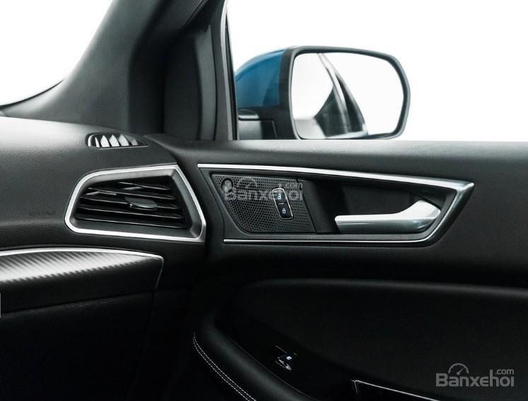 Đánh giá xe Ford Edge ST 2019: Mặt sau cửa.