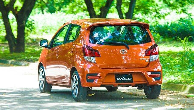 So sánh Toyota Wigo và Chevrolet Spark về đuôi xe.