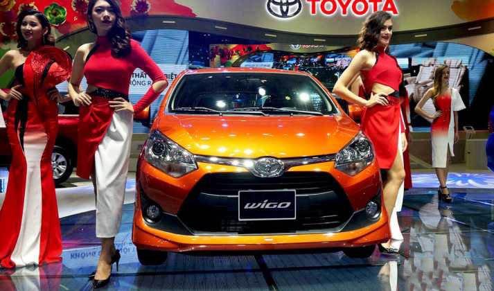So sánh Toyota Wigo và Chevrolet Spark về đầu xe.