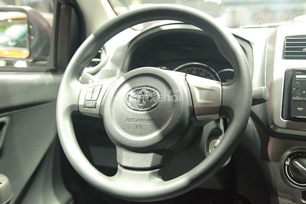 So sánh Toyota Wigo và Chevrolet Spark về vô-lăng.