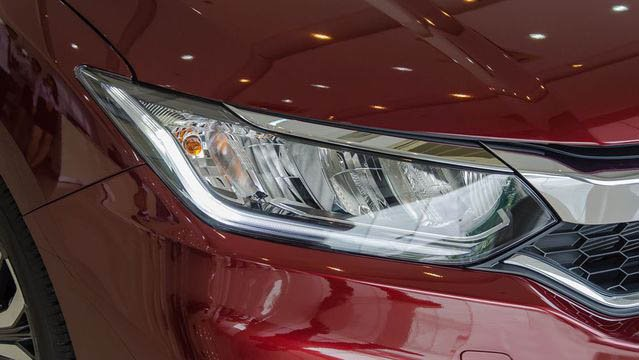So sánh Toyota Vios 2018 mới và Honda City 2018 về đầu xe 8