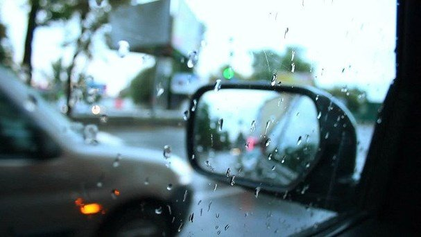 Đánh bay nước mưa bám trên gương và cửa sổ xe ô tô với vật dụng dưới 15.000 đồng 3.