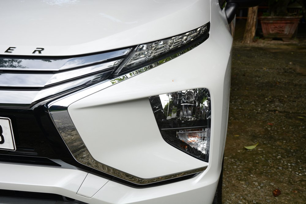 Đánh giá xe Mitsubishi Xpander 2019 1.5 AT: Đèn pha Halogen và đèn LED ban ngày phía trên 1