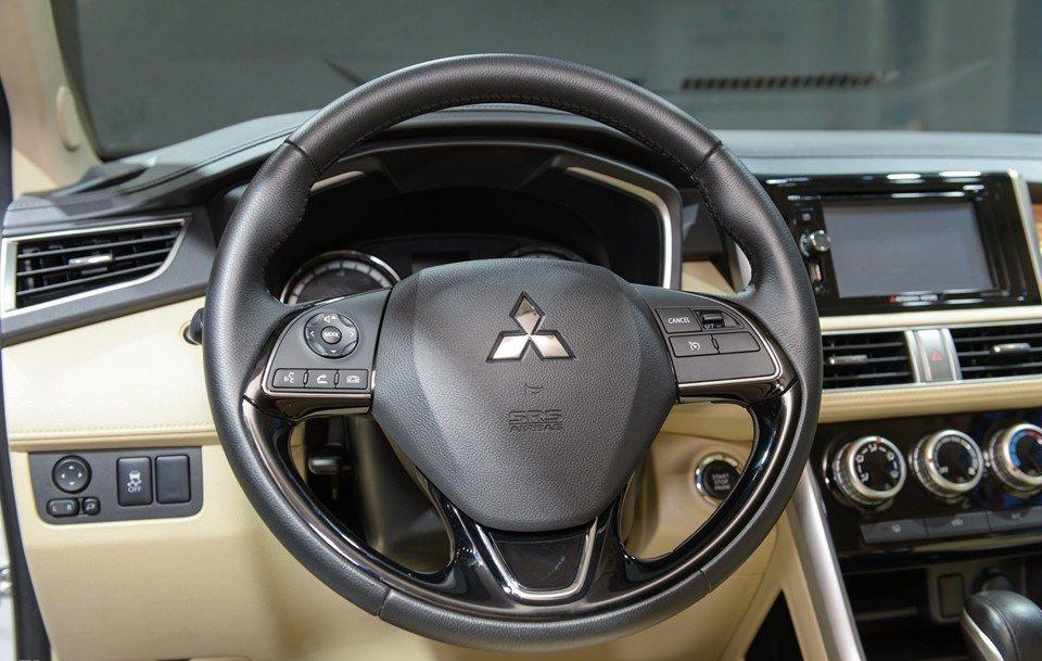 Vô-lăng của Mitsubishi Xpander 2019 1.5 AT bọc da, mang đến cảm giác lái thật hơn so với bản số sàn a1