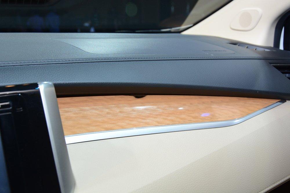 Đánh giá xe Mitsubishi Xpander 2019 1.5 AT: Bảng táp-lô có nhiều chi tiết ốp gỗ sang trọng 1