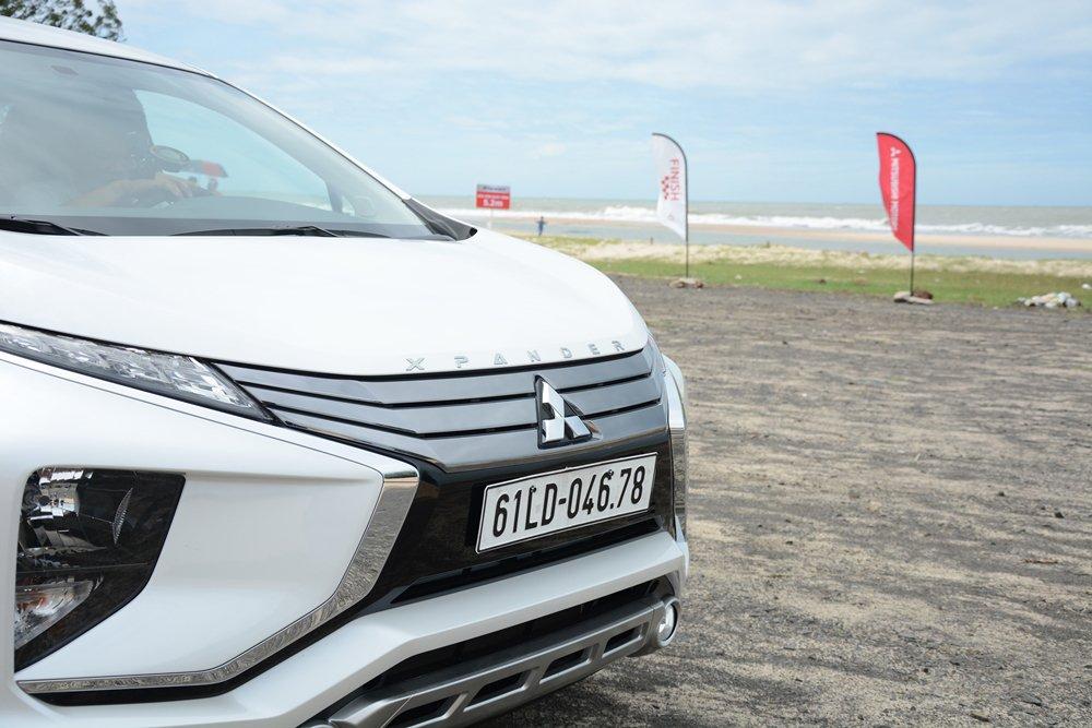 Đánh giá xe Mitsubishi Xpander 2019 1.5 AT: Lưới tản nhiệt với thanh xrom to bản tạo hình chữ X 1