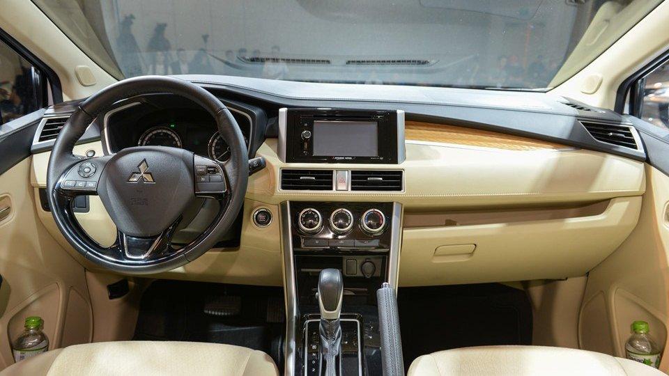 Nội thất của Mitsubishi Xpander rộng rãi và tiện nghi hơn Toyota Avanza khá nhiều.