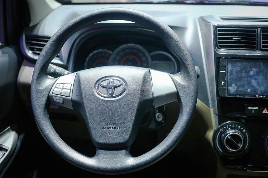 So sánh Mitsubishi Xpander và Toyota Avanza về vô-lăng và táp-lô 7