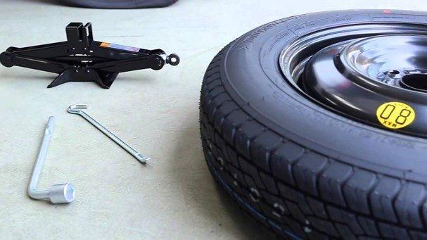 Kiểm tra lốp xe và các phụ tùng trước khi thuê xe