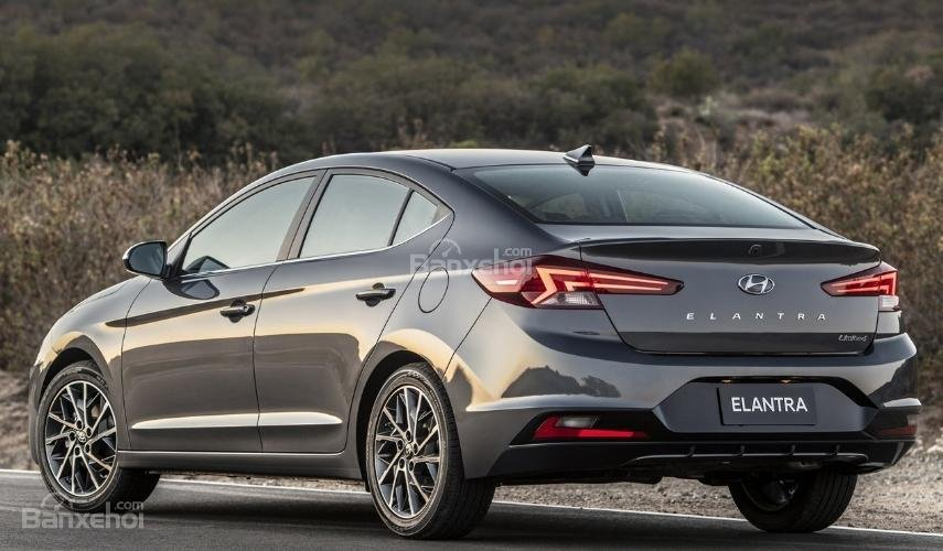 So sánh Hyundai Elantra 2019 mới và cũ về đuôi xe 1a