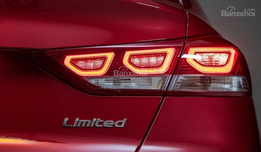 Hyundai Elantra 2019 mới và cũ về đèn hậu 2a